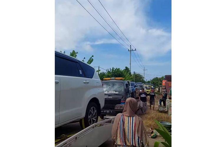 Tangkapan layar video yang menampilkan kedatangan sejumlah mobil baru yang dibeli warga desa di Tuban, Jawa Timur.