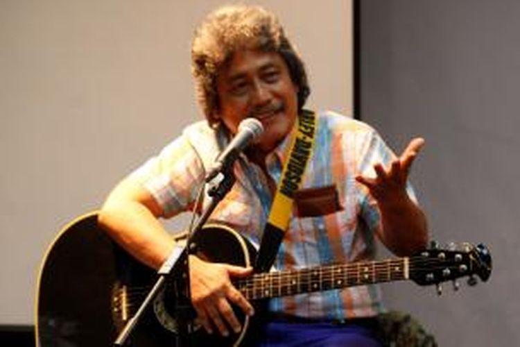 Artis musik Sam Bimbo tampil menghibur dalam diskusi dan bedah buku di Bentara Budaya Jakarta, Sabtu (2/11/2013). Diskusi dan bedah buku Gus Dur Ku, Anda, Kita, karya AS Hikam, tersebut mengupas role model pemimpin dan guru bangsa.