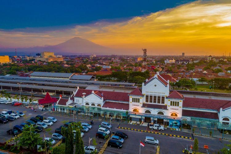 Menikmati suasana senja di kota Cirebon, tampak Gunung Ciremai dari kejauhan