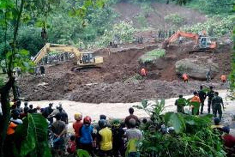 Suasana pencarian korban longsor di Dusun Kopen, Desa Ngrimbi, Kecamatan Bareng, Kabupaten Jombang, Kamis (30/1/2014). Pencarian tersebut mencari dua korban yang masih tertimbun longsor.