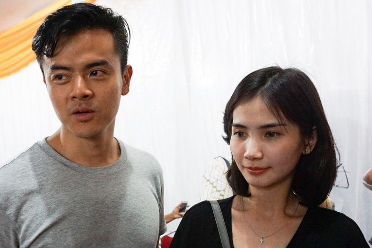 Dion Wiyoko dan sang istri, Fiona Anthony saat ditemui di Gereja Santa Perawan Maria Ratu, Kebayoran Baru, Jakarta Selatan, Kamis (29/3/2018).