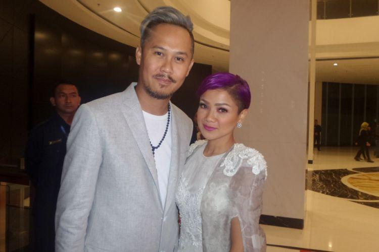Nirina Zubir dan suami saat menghadiri malam penghargaan Indonesian Movie Actors Awards 2017 yang digelar di Plenary Hall MNC News Center, Jakarta Pusat, Kamis (18/5/2017) malam.