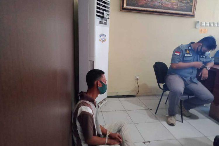 DK (45) pelaku pelecehan seksual seorang nenek berusia 70 tahun saat berada di Polrestabes Palembang, Senin (19/10/2020).