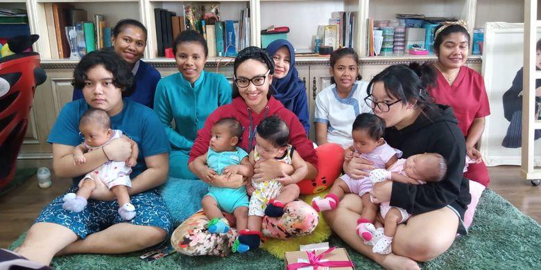 Monica Soraya Haryanto (41) bersama enam bayi adopsinya, anak kandungnya, dan para pengasuh anak saat berada di rumahnya di kawasan Cilandak, Jakarta. Enam bayinya berasal dari ibu yang tak mampu membesarkan anaknya dan juga bayi dari pasangan di luar nikah.