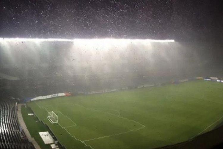 Laga semifinal Copa America Centenario antara Kolombia dan Cile sempat tertunda karena hujan deras pada Selasa (22/6/2016) waktu setempat.