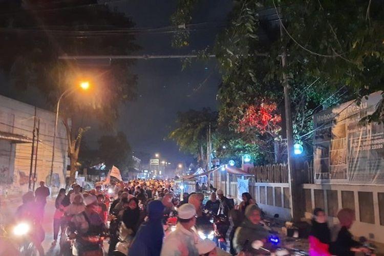 Warga lakukan kegiatan pawai obor di Jalan Juanda, Bekasi Timur, Rabu (18/8/2020).