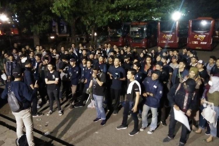 Ratusan mahasiswa Undip berkumpul di pelataran GSG Tembalang, Senin (23/9) malam