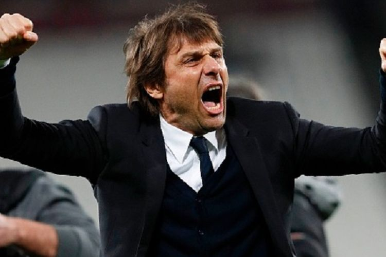 Manajer Chelsea, Antonio Conte, membalas dukungan suporter di Stadion London seusai laga Premier League kontra West Ham United, Senin (6/3/2017).