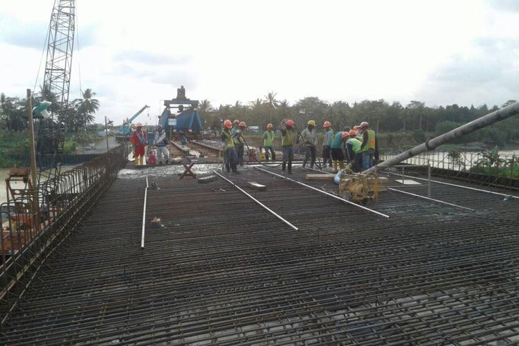 Pekerjaan konstruksi Jembatan Luk-Ulo.