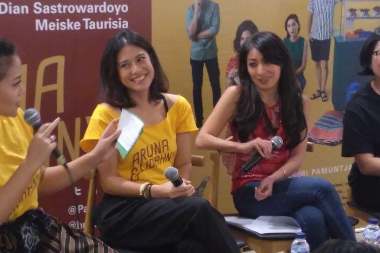 Dian Sastrowardoyo (kedua dari kiri); penulis buku Aruna dan Lidahnya, karya Laksmi Pamuntjak (kedua dari kanan); dan produser Meiske Taurisia (paling kanan) hadir dalam diskusi buku tersebut di Aksara Bookstore Kemang, Jakarta Selatan, Jumat (3/8/2018).
