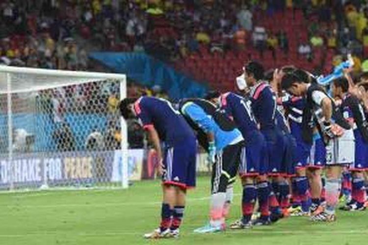 Para pemain timnas Jepang membungkuk untuk memberi hormat kepada fans mereka usai takluk 1-2 dari Pantai Gading pada laga perdana penyisihan Grup C Piala Dunia 2014 di Pernambuco Arena di Recife, Sabtu (14/6/2014).
