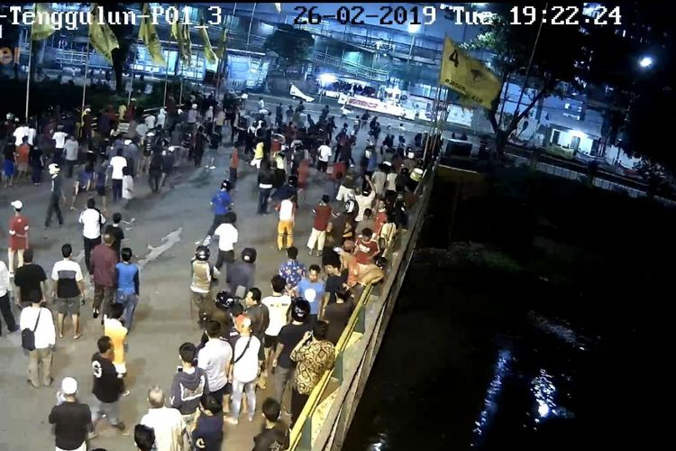Bidik layar kamera CCTV Bali Tower saat tawuran kembali terjadi di Jalan Sultan Agung, Pasar Manggis, Setiabudi, Jakarta Selatan pada Selasa (26/2/2019) malam.