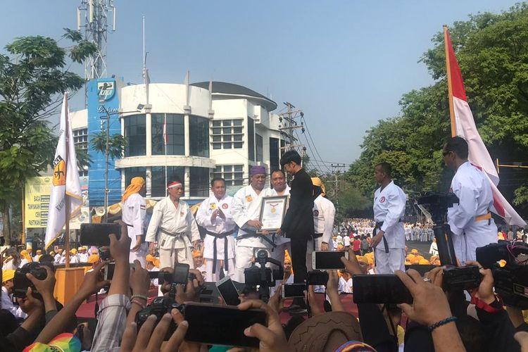 Gubernur Kalimantan Selatan, Sahbirin Noor, menerima penghargaan dari Muri soal pemecahan rekor karateka di Banjarmasin, 8 September 2019.