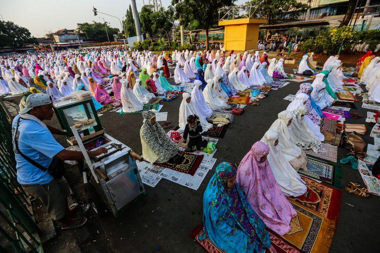 Umat muslim melaksanakan sholat Idul Adha 1438 Hijriyah di kawasan Pasar Senen, Jakarta Pusat, Jumat (1/9/2017). Hari raya Idul Adha atau biasa disebut hari Kurban identik dengan penyembelihan hewan kurban dirayakan umat Islam setiap tanggal 10 bulan Dzulhijjah, Idul Adha tahun ini diperingati umat muslim Indonesia pada hari Jumat.