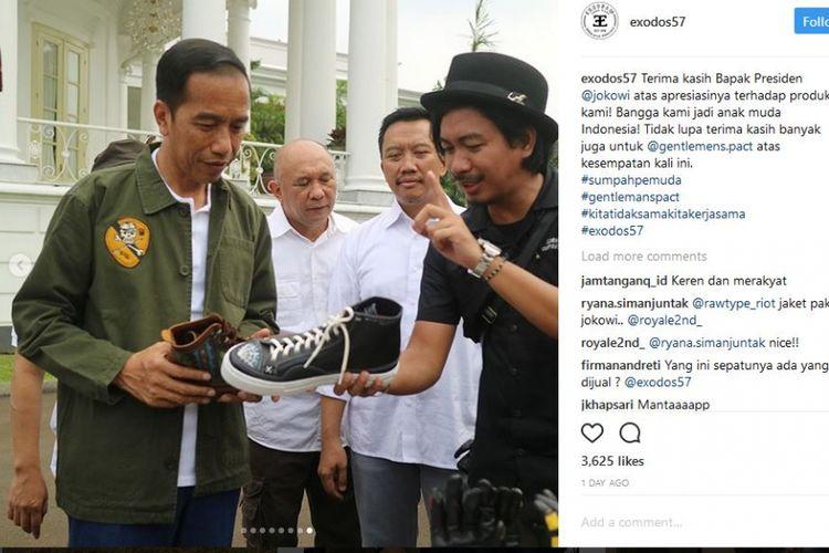 Presiden Jokowi dengan sneakers buatan lokal pada acara Sumpah Pemuda di Istana Bogor, 28 Oktober 2017