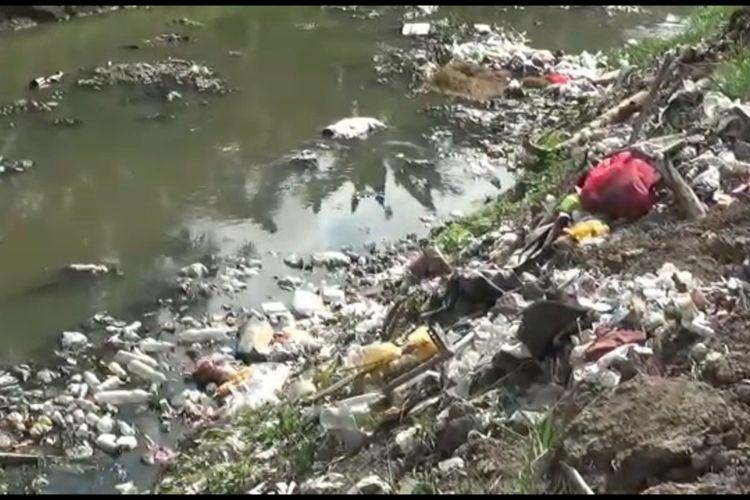 Sampah yang menumpuk di Kota Polewali Mandar, Sulawesi Barat, setelah dua TPA ditutup warga, Minggu (6/6/2021).