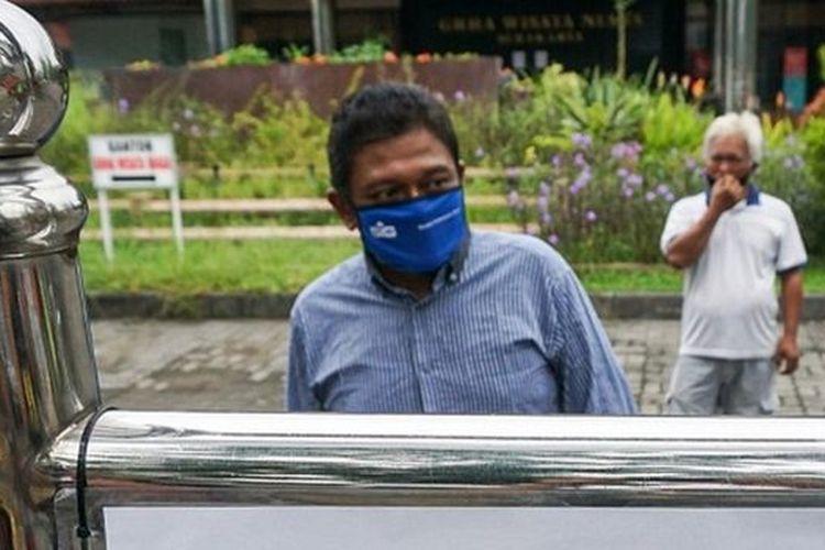 Saya cuma ada dua pilihan, bertahan tapi sekarat di Jakarta tanpa ada bantuan apapun atau pulang ke Solo, ungkap Maulana Arif Budi Satrio, 38 tahun. (BBC News Indonesia/Fajar Sodiq)