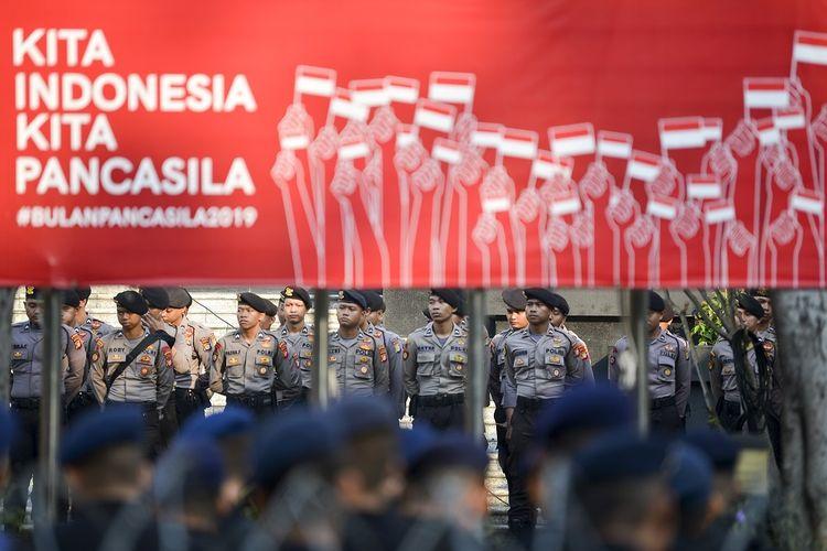 Personel Samapta Polri bersiap melakukan pengamanan di sekitar Gedung Mahkamah Konstitusi (MK), Jakarta, Rabu (26/6/2019). Sebanyak 13.747 personel gabungan TNI-Polri disiagakan jelang putusan sidang Perselisihan Hasil Pemilihan Umum (PHPU) Pilpres 2019 di Mahkamah Konstitusi (MK), Kamis (27/6). ANTARA FOTO/Nova Wahyudi/hp.