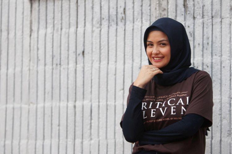 Pemeran tokoh Raisa dalam film Critical Eleven, Revalina S Temat saat sesi foto seusai wawancara di redaksi Kompas.com di Jakarta, Selasa (9/5/2017). Film Critical Eleven diangkat dari novel karya Ika Natassa.
