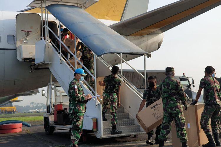 Pesawat boeing TNI mengirimkan APD ke wilayah Sulawesi Selatan dan Papua.