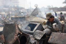 Pasca-kebakaran, Pedagang Pasar di Cianjur Mengais Barang di Antara Puing-puing