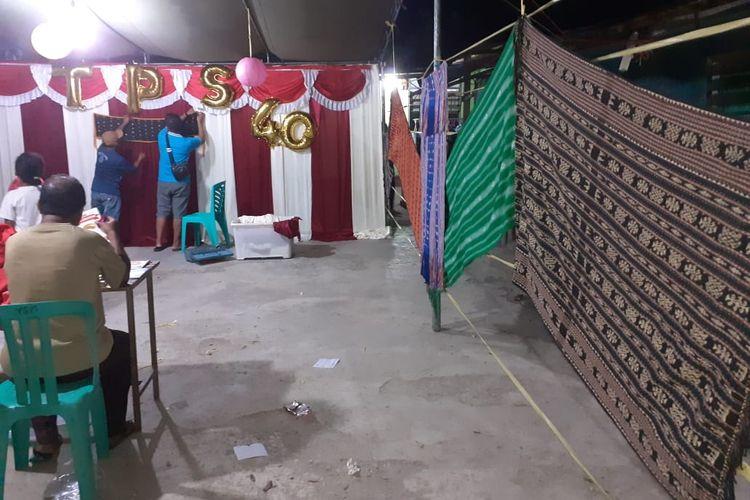 TPS 40 di kelurahan Fatululi, Kota Kupang, Nusa Tenggara Timur (NTT), menggunakan tenunan khas NTT