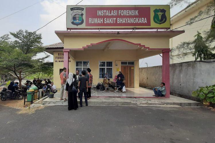 Keluarga korban sedan yang terbakar dalam laka lantas di Jalan Tol Sumatra mendatangi Instalasi Forensi RS Bhayangkara Polda Lampung, Sabtu (19/10/2019). Satu keluarga yang tewas dalam kecelakaan itu baru kembali dari menghadiri pernikahan kerabatnya di Lampung Utara