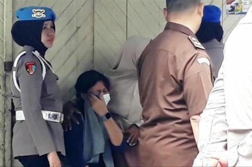 Orangtua Gadis yang Diduga Dibunuh Pacarnya Menangis Melihat Reka Adegan
