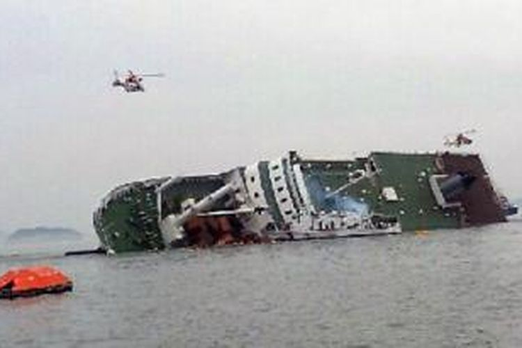 Sejumlah helikopter penyelamat terbang di atas sebuah kapal penumpang Korea Selatan, berusaha untuk menyelamatkan para penumpang dari kapal yang sedang tenggelam di lepas pantai selatan Korea Selatan, Rabu (16/4/2014). Sebuah kantor pemerintah mengatakan kapal penumpang yang membawa sekitar 470 orang mengirimkan panggilan darurat setelah mulai miring ke satu sisi.