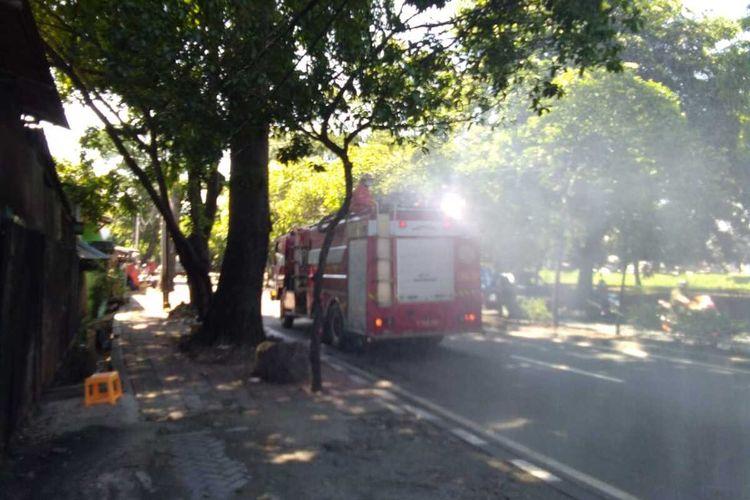Mobil pemadam semprotkan cairan disinfektan di salah satu jalan di Jakarta Timur, Selasa (31/3/2020).