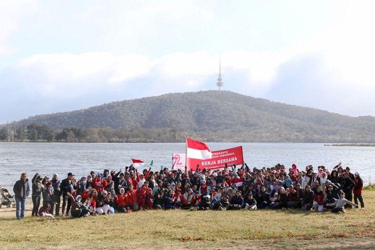 Ratusan warga negara Indonesia yang bermukim di Canberra, Australia, merayakan tradisi tahunan Agustusan dengan kembali mengibarkan bendera kebangsaan Indonesia, Bendera Merah Putih di Danau Burley Griffin, ikon utama Canberra, ibu kota Australia, Sabtu (5/8/2017).