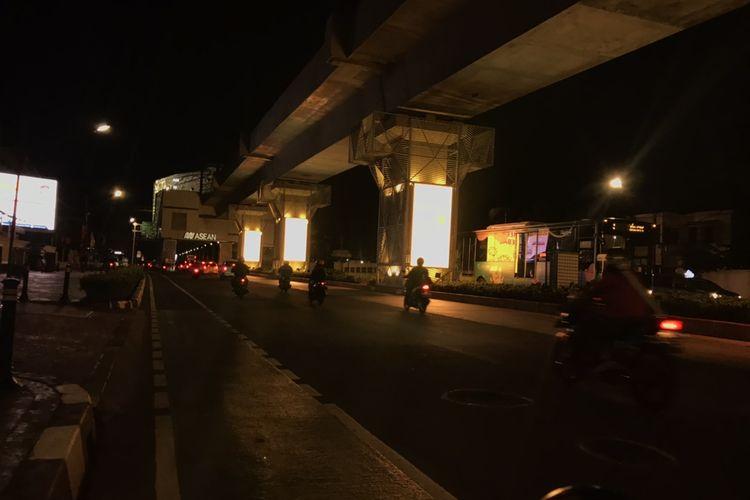 Sejumlah pilar jalur layang Mass Rapid Transportation (MRT) memancarkan cahaya dari layar LED yang terpasang di pilar