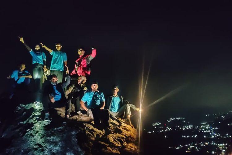 Berpose di puncak tebing di Gunung Gamping Tawangmangu