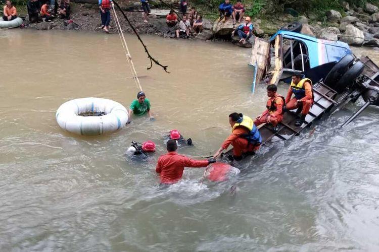 Proses evakuasi penumpang bus Sriwijaya yang jatuh ke jurang saat melintas di  di Liku Lematang, Desa Prahu Dipo, Kecamatan Dempo Tengah , kota Pagaralam, Sumatera Selatan, Selasa (24/12/2019). Akibat kecelakaan tersebut 28 penumpang ditemukan tewas dan 13 lainnya mengalami luka-luka.