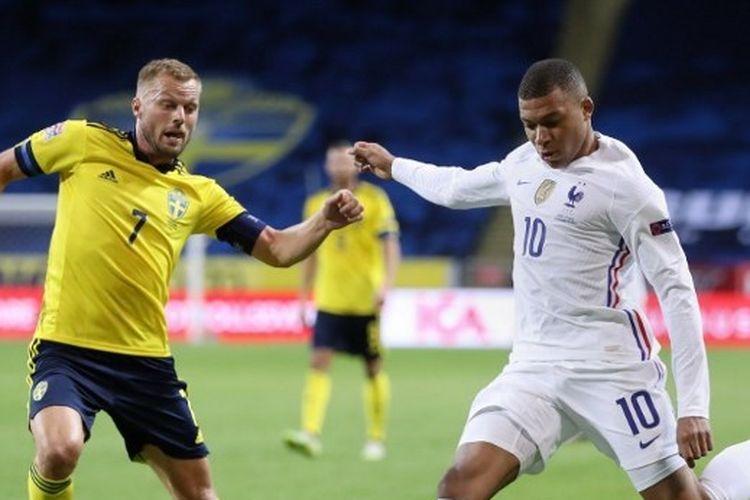 Kylian Mbappe yang berusaha menendang bola diadang oleh Sebastian Larsson dalam laga Swedia vs Perancis pada ajang UEFA Nations League yang digelar di Stadion Friends Arena, Stockholm, Minggu (6/9/2020) dini hari WIB.