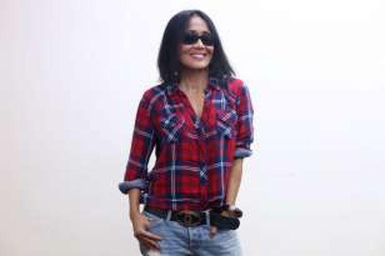 Penyanyi Atiek CB saat wawancara di Redaksi Kompas.com, Jakarta, Kamis (9/6/2016). Atiek CB yang saat ini menetap di Amerika Serikat adalah penyanyi senior yang populer pada era 1980-an.