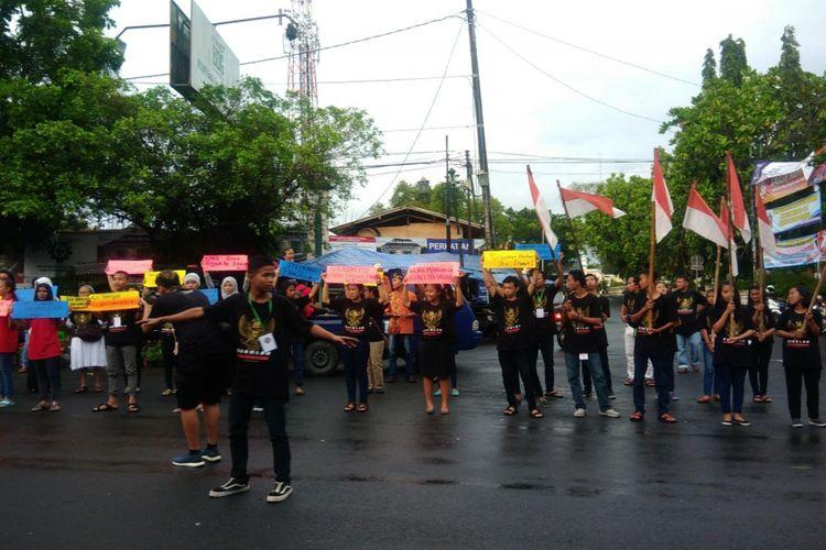 Para Sekolah Kebhinekaan Gunungkidul melakukan Aksi Jalan Kaki, balai desa Kepek ke Bangsal Sewoko Projo, Wonosari, dengan Membawa Bendera Merah Putih dan Juga Poster-Poster Perdamaian