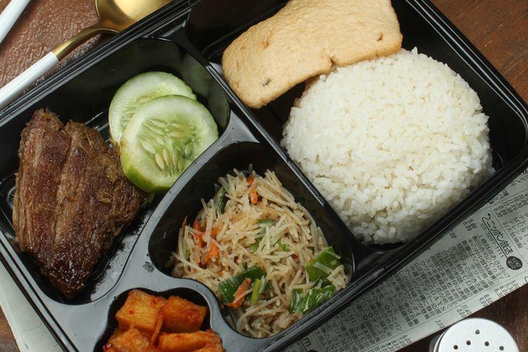 Ilustrasi nasi kotak berisi nasi putih, oseng sohun, sambal goreng kentang, daging, dan kerupuk.