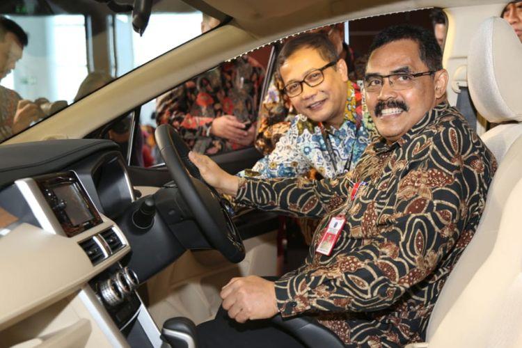Drajat Irawan, Kepala Dinas Perindustrian dan Perdagangan Jatim saat berkunjung ke booth Mitsubishi Motors di GIIAS Surabaya Auto Show 2018.