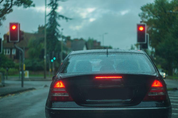 Ilustrasi lampu merah.