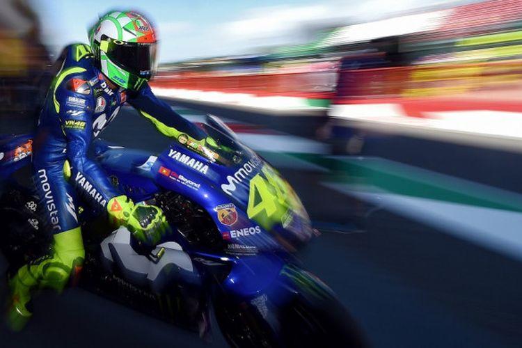 Pebalap tim Movistar Yamaha, Valentino Rossi, keluar dari jalur pit saat melakoni sesi latihan bebas ketiga pada MotoGP Italia 2018 yang berlangsung di Sirkuit Mugello, Sabtu (2/6/2018).