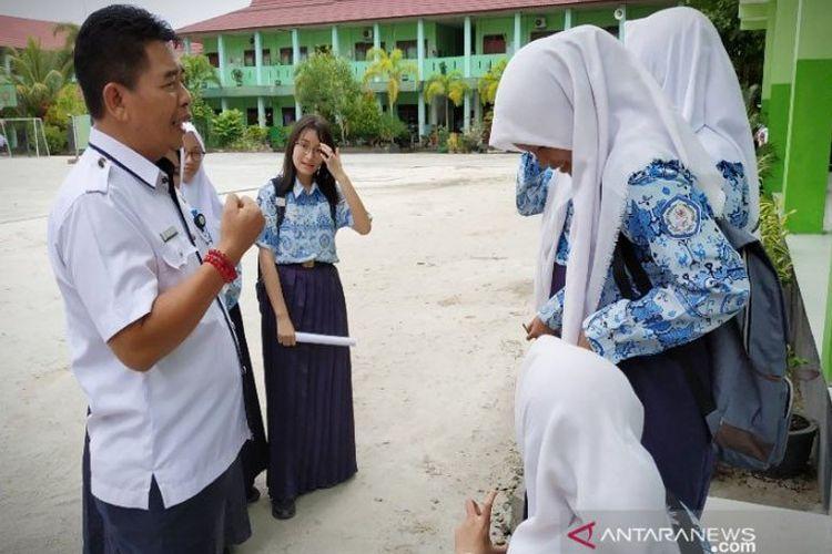 Kepala Dinas Pendidikan Kotawaringin Timur Suparmadi saat berkunjung ke SMPN 1 Sampit. ANTARA/Norjani