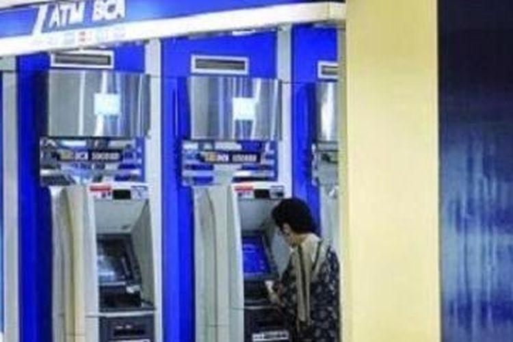 Ilustrasi: Pengunjung sedang melakukan transaksi di ATM BCA, kode bank BCA