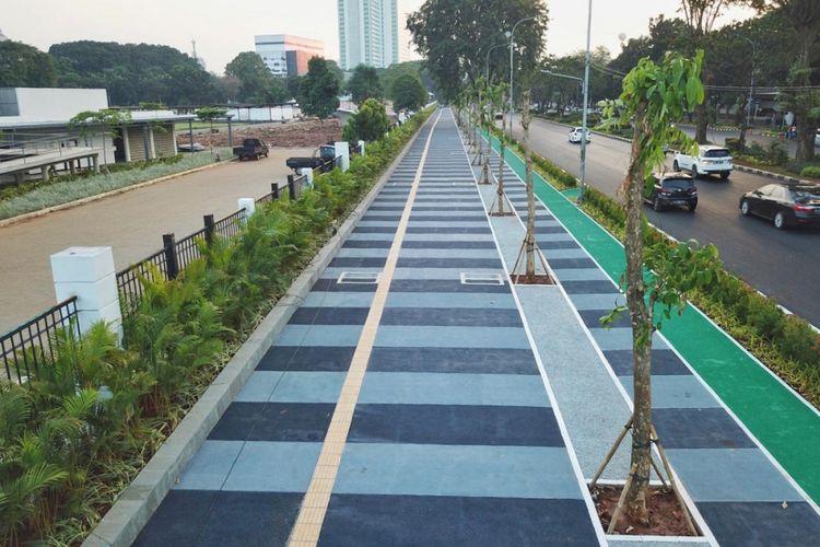 Jalur pedestrian di kawasan kompleks olahraga Gelora Bung Karno (GBK) setelah ditata menjelang Asian Games 2018.