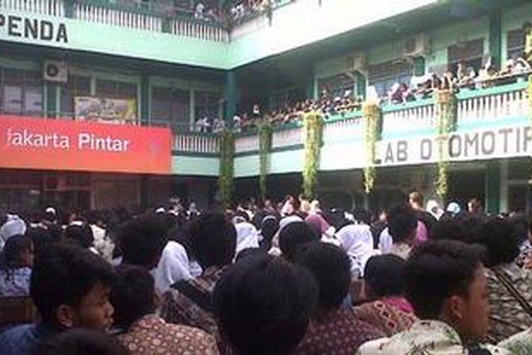 Ribuan siswa penerima Kartu Jakarta Pintar (KJP) nampak memadati lokasi pembagian kartu di SMA Yappenda, Tanjung Priok, Jakarta Utara, Sabtu (1/12/2012).