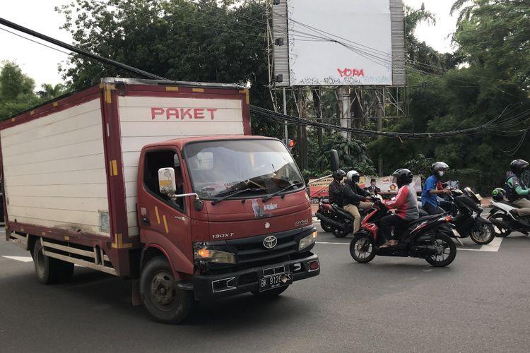 Sopir truk melambung ke kanan Jalan Barito 1, Kramat Pela, Kebayoran Baru, Jakarta Selatan agar tak tersangkut kabel yang semrawut dan menjuntai ke jalan pada Jumat (26/2/2021) sore.