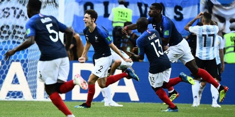 Bek Perancis, Benjamin Pavard, merayakan golnya ke gawang Argentina pada babak 16 besar Piala Dunia 2018 di Kazan Arena, 30 Juni 2018.