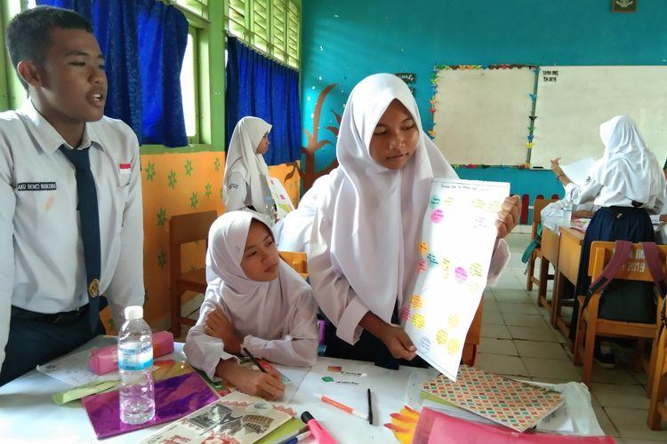 Siswa SMPN 21 Batang Hari, Jambi. sedang melakukan pembelajaran menggunakan Graphic organizer (GO) yang dikembangkan Metty Hartina, guru bahasa Indonesia untuk melatih siswa terampil dalam mengidentifikasi informasi teks eksposisi.