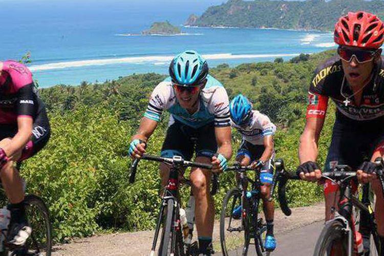 Tour de Lombok Mandalika 2017 melintasi tempat-tempat wisata di NTB mulai kota tua Ampenan, Taman Udayana, Masjid Islamic Center NTB sampai pantai Senggigi.