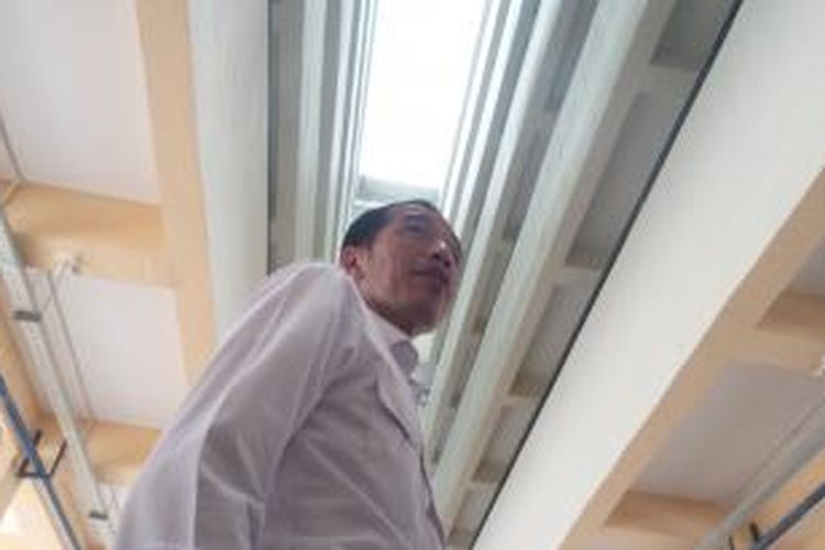 Gubernur DKI Jakarta Joko Widodo saat meninjau kesiapan rusun Cipinang Besar Selatan di Jatinegara Jakarta Timur, Kamis (14/8/2014).